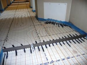 Fußbodenheizung mit Verteilerschrank und Dehnungsfuge