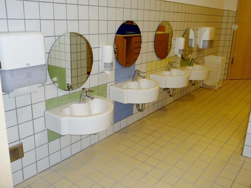 Waschbeckenanlage mit unterschiedlichen Höhen